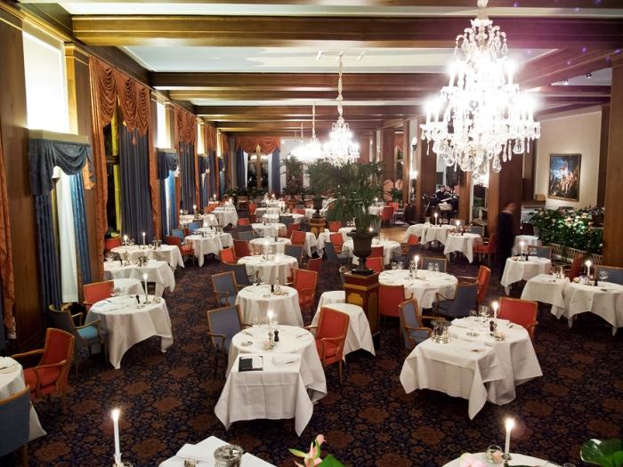 Im grossen Speisesaal des Badrutt's Palace, sorgt eine 40 Mann starke Servicebrigade, unter der Leitung von Angelo Morea, für das Wohl der Gäste