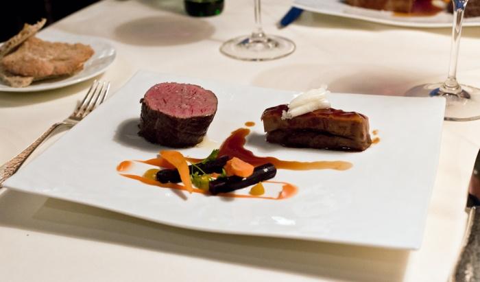 Filet vom Almochsen im Bergheu mit antiken Karotten, geschmortes Rippenstück mit Mark